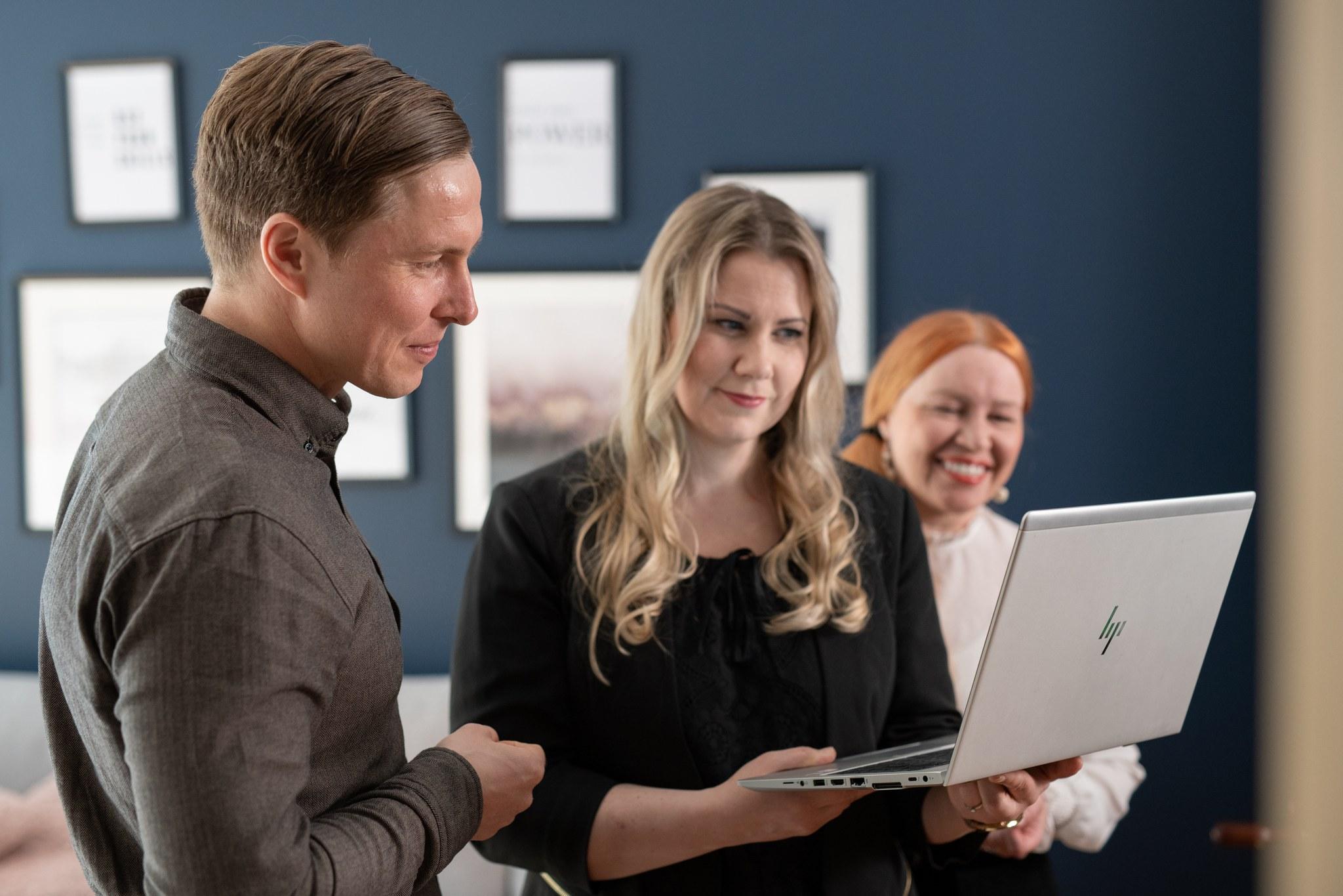 Joryn Jenni, Olli ja Anja katsomassa läppäriä4