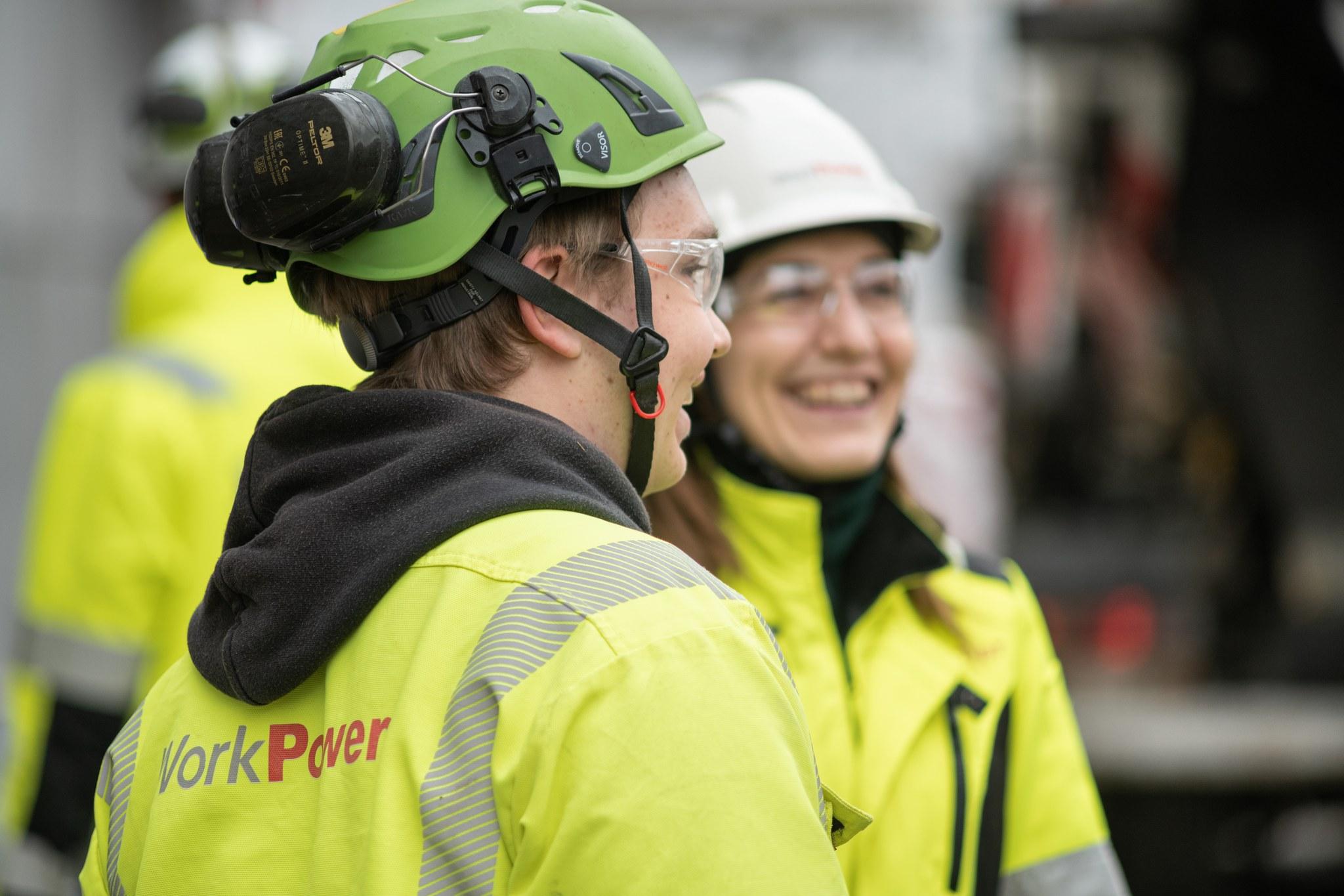 Eva työmaalla rakennustyöläisten kanssa